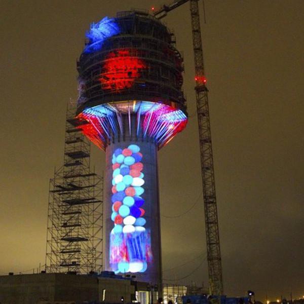 Espectáculo de luz en la torre de control de Lima