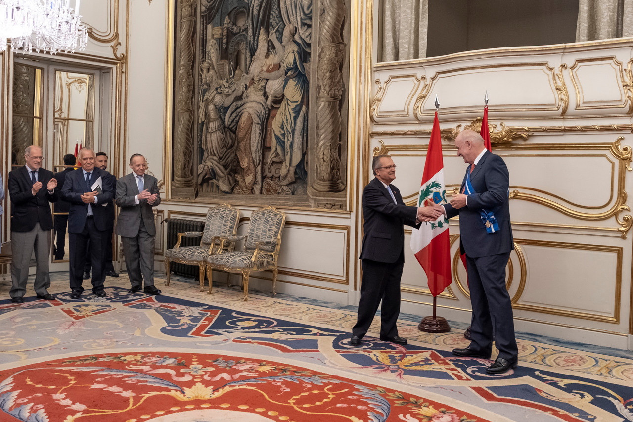El exembajador peruano García Belaúnde recibe la Gran Cruz de la Orden del Mérito Civil